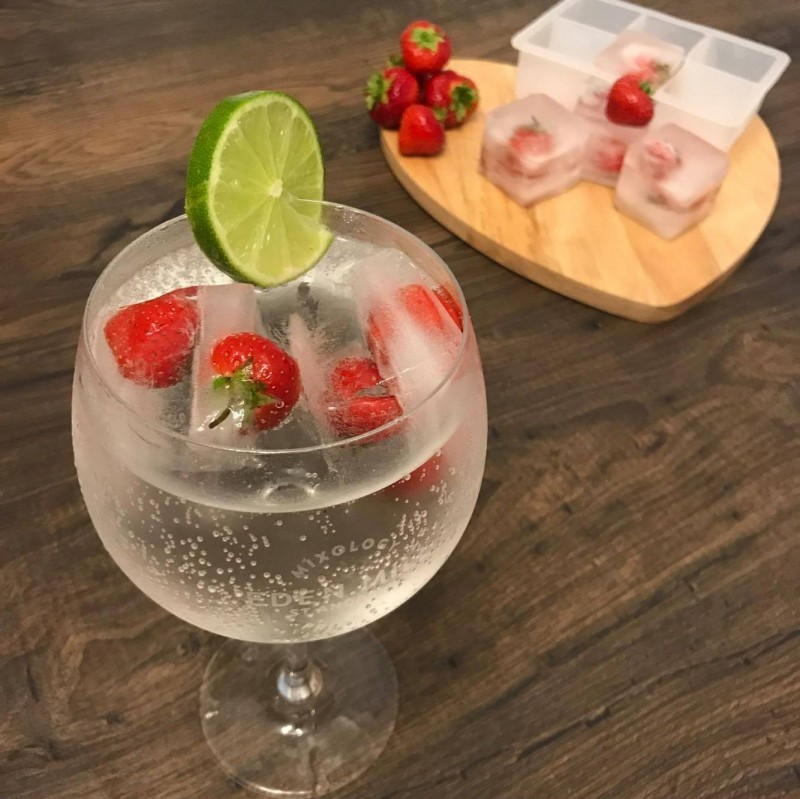 extra-large-ice-cubes-for-gin_large